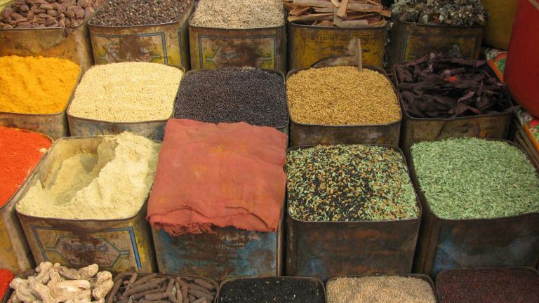 Lådor med sorterade kryddor